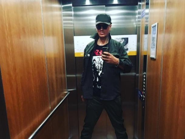 Попробовать борщ и квас предложили в Воронеже фронтмену всемирно известной группы The 69 Eyes