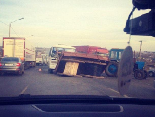 Под Воронежем столкнулись «ПАЗ», трактор и грузовой автомобиль