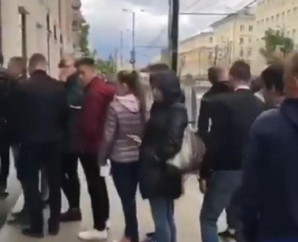Безумная очередь из хипстеров за бургерами в Воронеже попала на видео