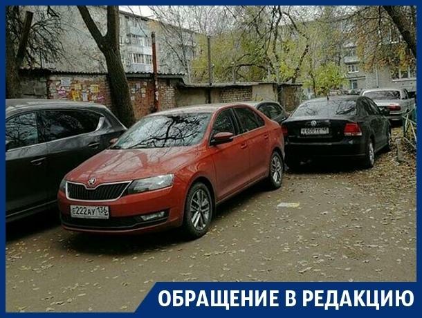 Противники платных парковок оккупировали двор в центре Воронежа