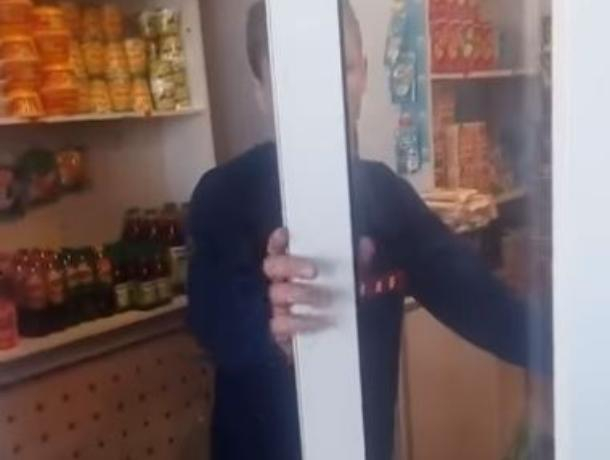Пользователи Сети назвали «истеричкой» воронежца, которому не продали шоколадку