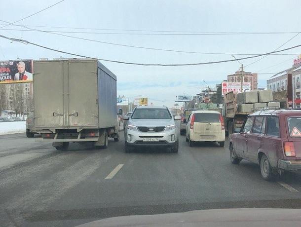 Мчащуюся на поток машин по Московскому проспекту иномарку сняли в Воронеже