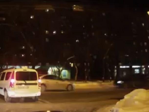 На видео сняли, как таксист-нарушитель подставил иномарки под ДТП в Воронеже