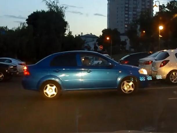 Особенности женского выезда с парковки высмеяли на видео воронежцы