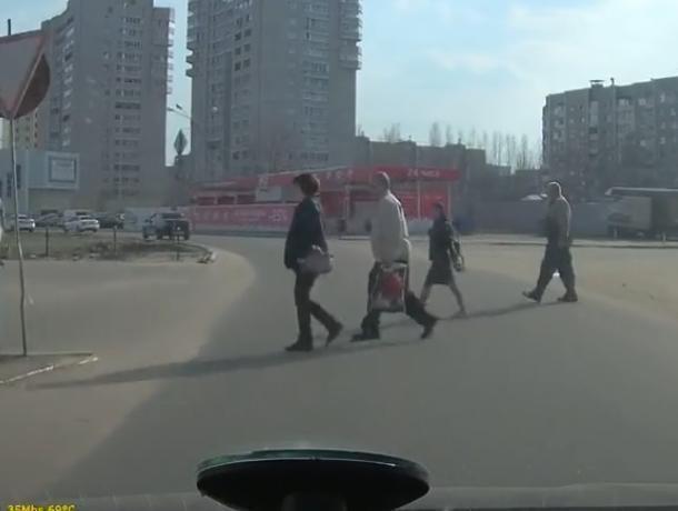 Типичных воронежских пешеходов сняли на видео