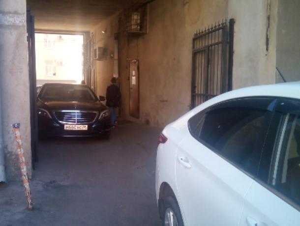 Богатейшие воронежцы изящно прячутся от платных парковок в арках