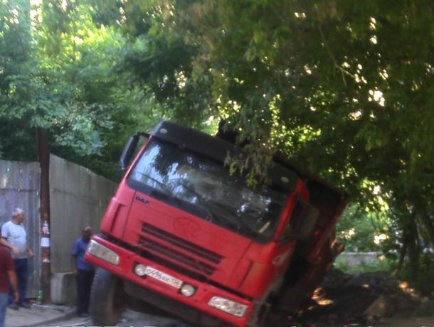 Провальный казус огромного грузовика попал на фото в Воронеже