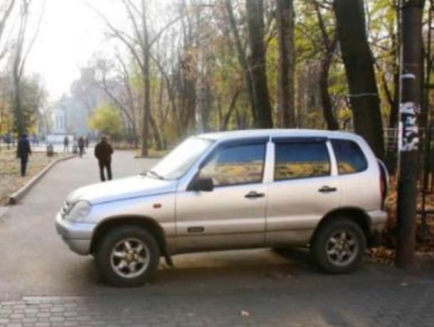 Противник платных парковок автомобилем перекрыл вход в парк Воронежа