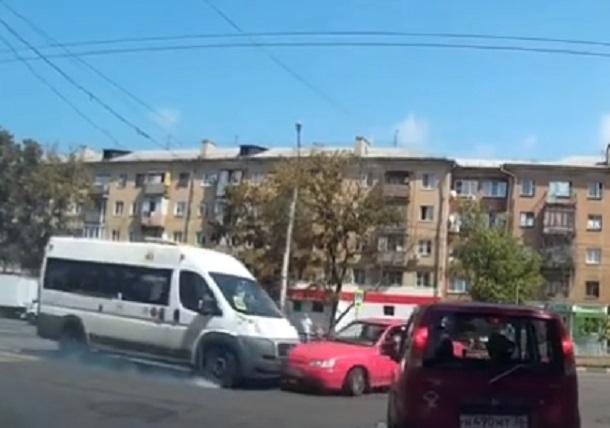 Момент массового ДТП с маршруткой попал на видео в Воронеже