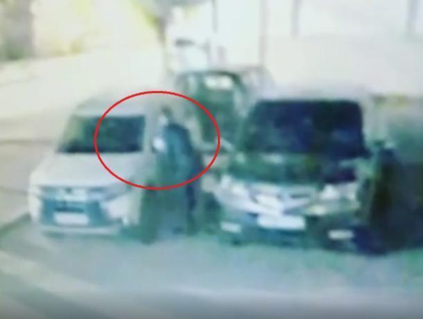 Акт автомобильного вандализма попал на видео в Воронеже