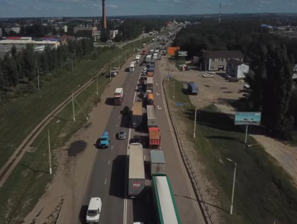 30-километровую пробку на трассе М-4 «Дон» под Лосево сняли с квадрокоптера