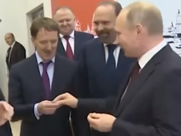 Владимир Путин угостил пастилой экс-губернатора Воронежской области Алексея Гордеева