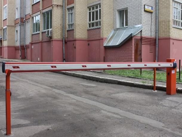 Во дворах Воронежа поставят шлагбаумы из-за платных парковок