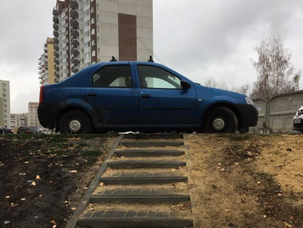 Презирающую пешеходов парковку легковушки показали на фото в Воронеже