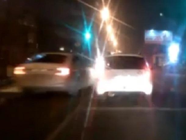 Неадекватная автомобилистка на дороге в Воронеже попала на видео