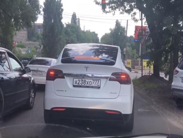 Комично смотрящуюся Tesla за 15 млн сняли в Воронеже
