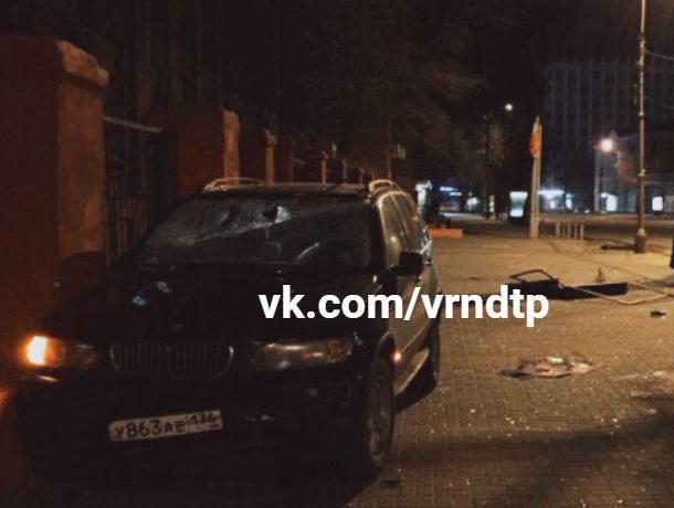 BMW X5 протаранила штаб войсковой части в Воронеже