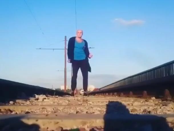 Забойное диско станцевал воронежец на рельсах моста
