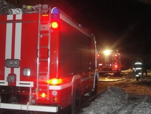 ВВоронеже изгорящего дома cотрудники экстренных служб эвакуировали 65 человек