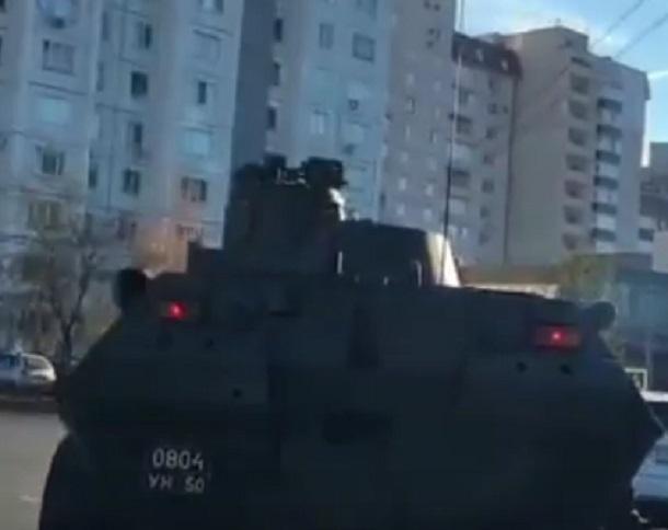 Бронетранспортер распугал водителей во дворе в Воронеже