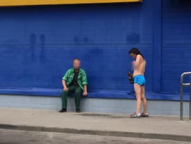 В Воронеже женщина обливала голую грудь пивом
