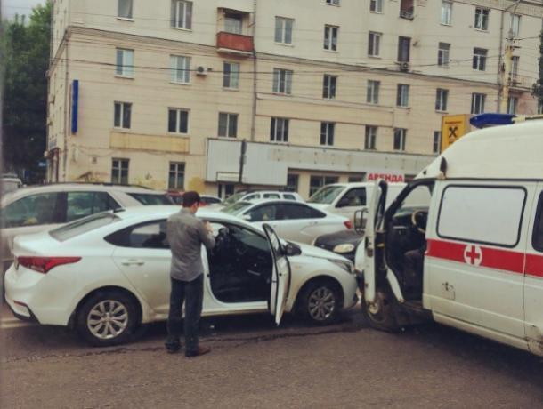ДТП со «скорой» парализовало центр Воронежа