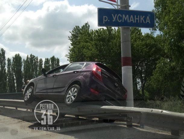 Неудачную парковку на отбойнике высмеяли воронежцы