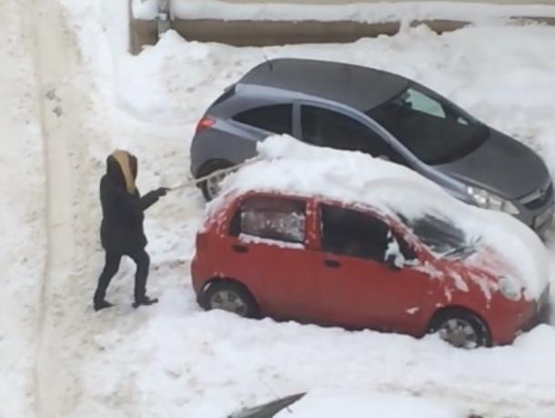 В Воронеже суровая очистка машины от снега девушкой попала на видео