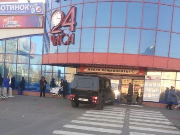 Gelandewagen показал, где лучшее место для парковки у гипермаркета в Воронеже