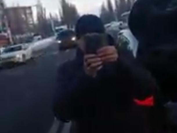 Смартфоновую дуэль конфликтующих водителей сняли на дороге в Воронеже