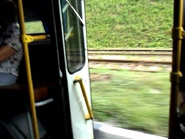 ВВоронеже измаршрутного автобуса наполном ходу вывалилась женщина