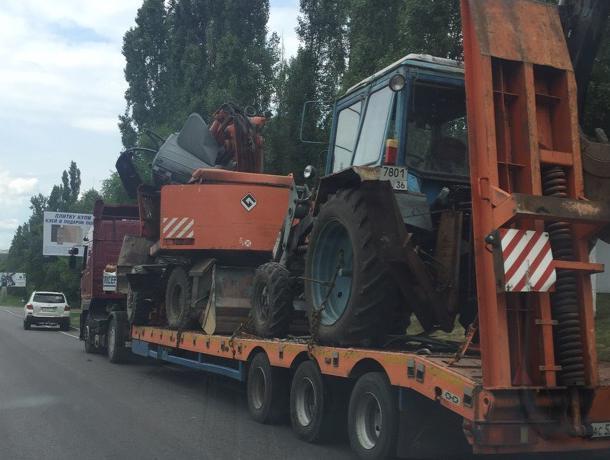 Фура, нагруженная  тракторами, снесла часть моста в Воронеже