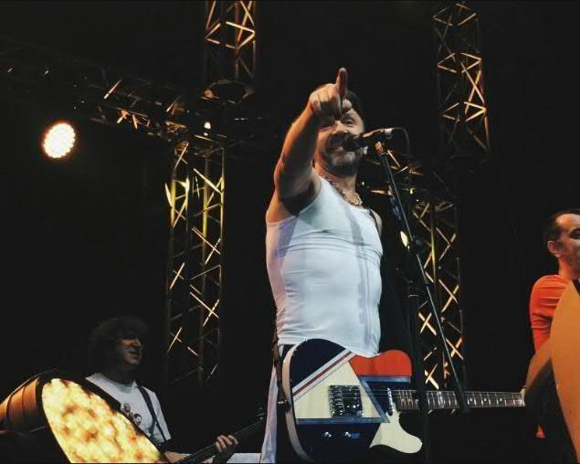 На концерте в Воронеже преданная фанатка группы «Ленинград» обнималась со Шнуром на сцене