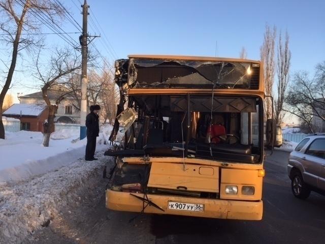 ВВоронеже автобус №90 столкнулся сфурой