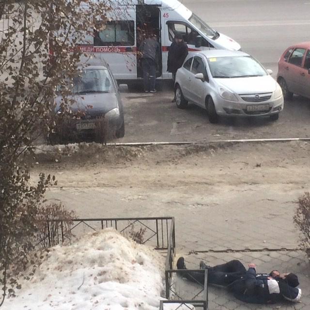 Пьяницы пугают детей у кафе в Воронеже