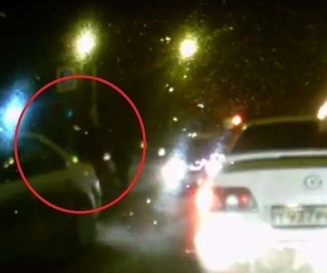 Навидео попало, как иностранная машина сбивает женщину наперекрестке вВоронеже