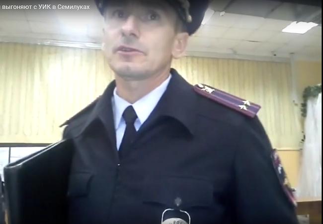 Видео: на «Селянинских» выборах в Семилуках полицейские выносят из избирательного участка кандидата
