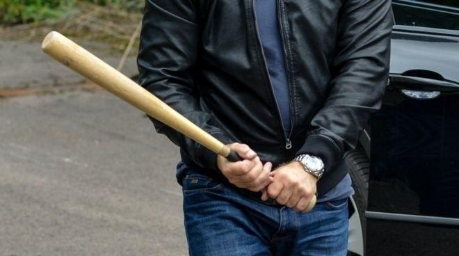 В центре города воронежец с бейсбольной битой ограбил прохожего