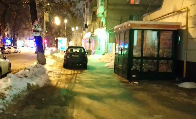 Воронежец возмутился автохамом, который бросил машину на середине тротуара