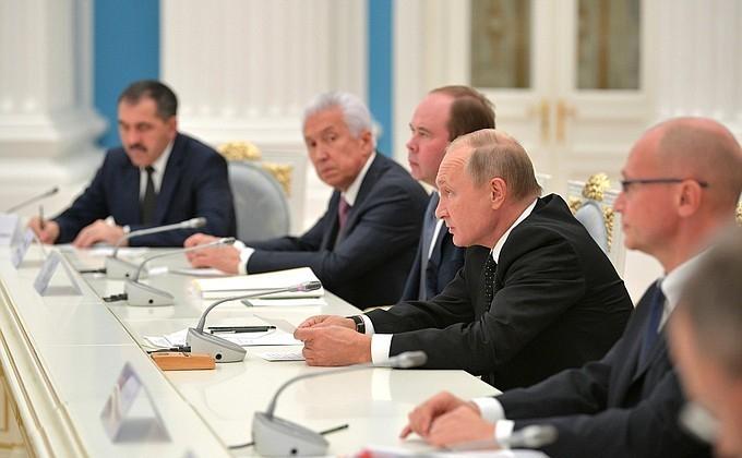Александру Гусеву досталось место на углу стола Владимира Путина