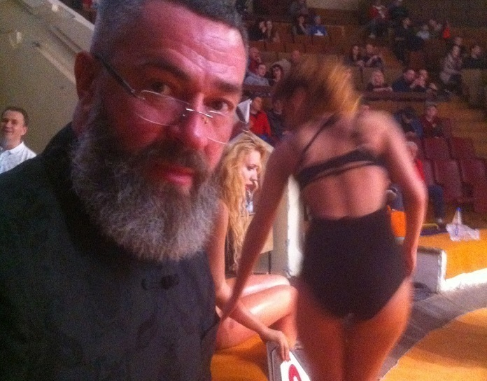 Сергей Бадюк сфотографировался в Воронеже на фоне прекрасной попы