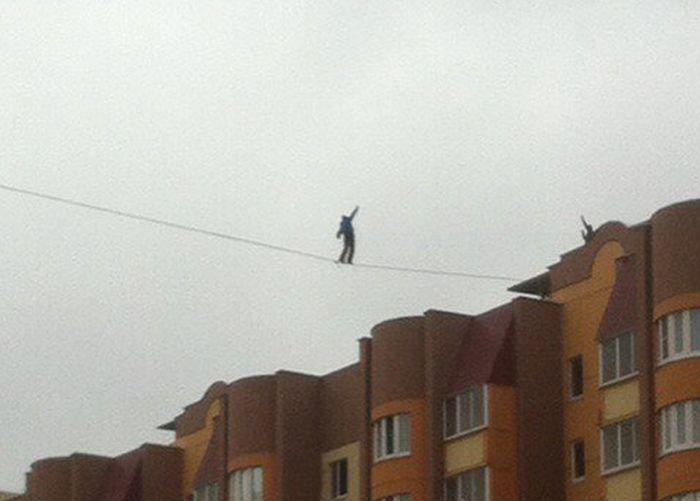 В Воронеже мужчина гулял по канату на высоте 35 метров