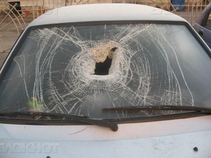 ВВоронежской области мужчина ломом разгромил припаркованную легковую машину