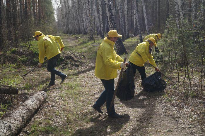 Активисты партии «Справедливая Россия» очистили участок леса в Репном