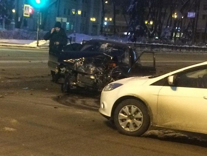 Опубликованы снимки столкновения «Лады» с автобусом на площади Ленина в Воронеже