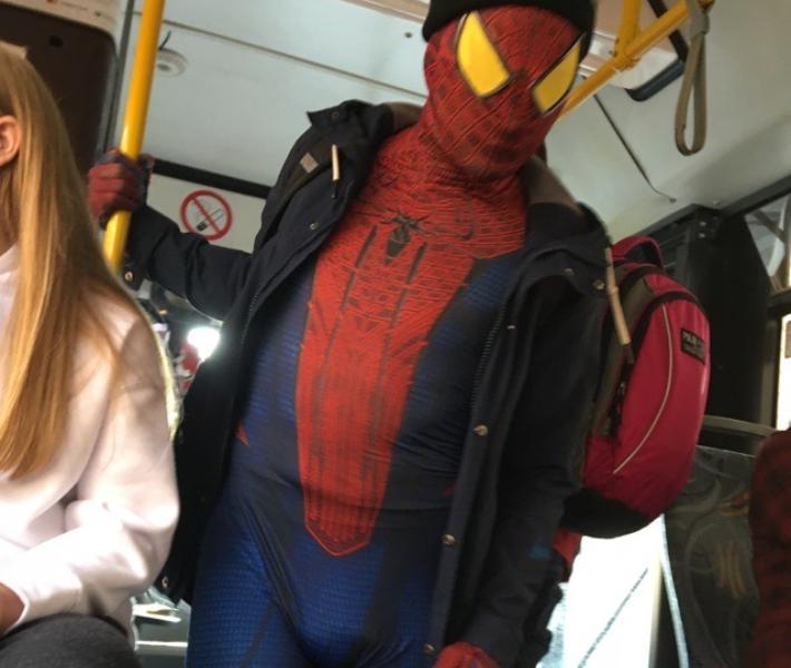Человек-паук погряз в воронежской действительности и попал на фото
