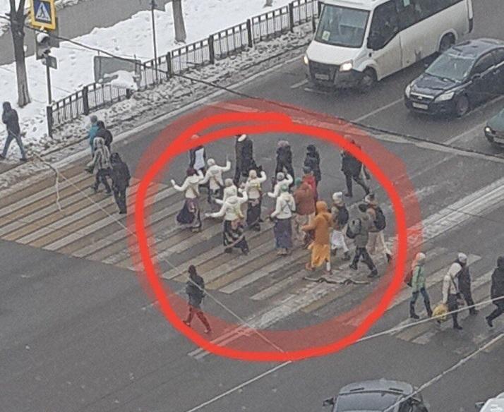 Странные люди устроили танцы на дороге в Воронеже