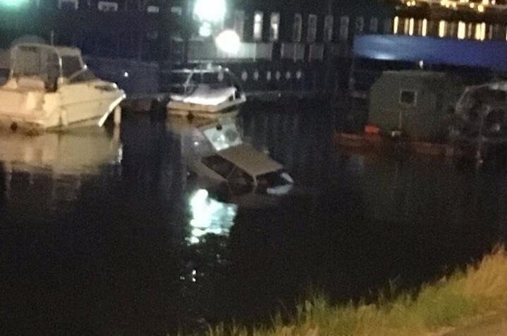 Припаркованный автомобиль скатился вВоронежское водохранилище