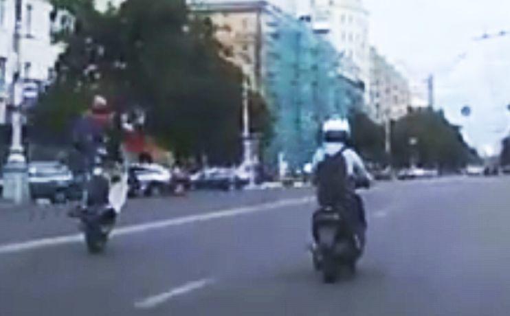 Вцентре Воронежа подростки лихачили наскутерах, выполняя опасные трюки