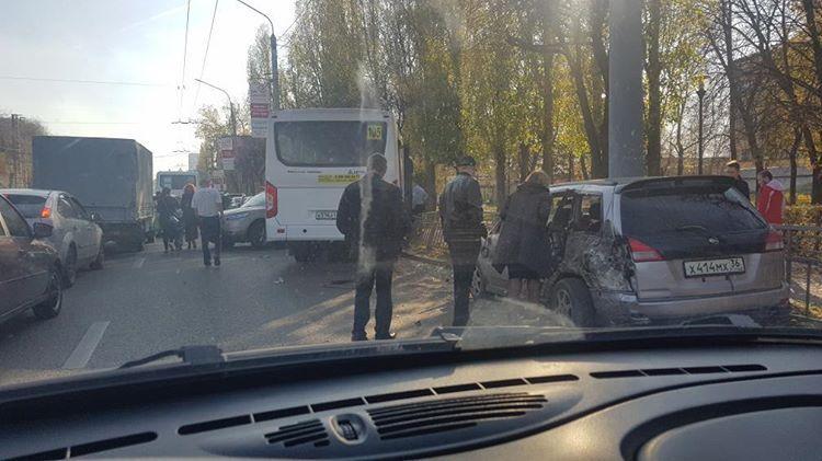 Маршрутка протаранила семь припаркованных машин и попала на снимки в Воронеже